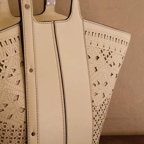 pulsante per acquistare gianni chiarini borsa donna a mano in pelle traforata laser color marble bianco
