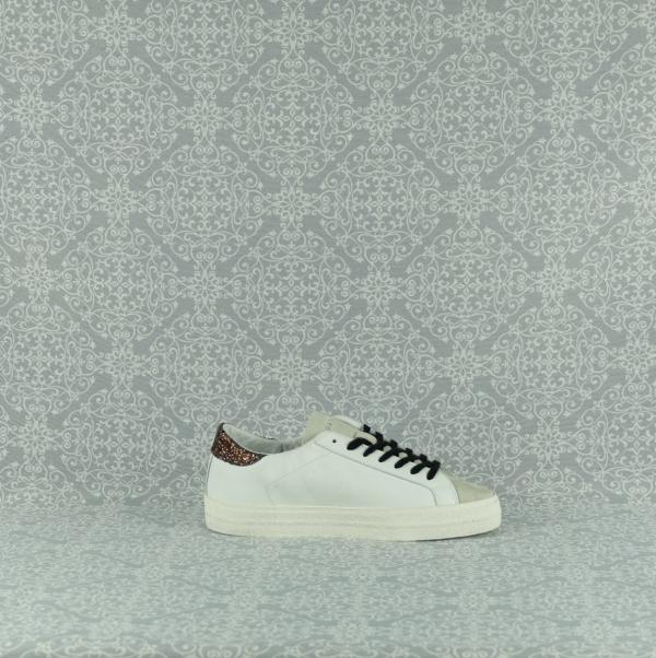 D.A.T.E. Hill Low vintage white brown in pelle bianca e dettagli glietter sul tallone. Suola in gomma rialzo interno cm 2,5