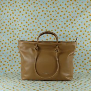 Pratica, elegante e sportiva al tempo stesso, la borsa a spalla Gianni Chiarini è in pregiata pelle. Scoprila sul nostro shop. colore cammello