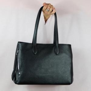 Gianni Chiarini borsa shopping pratica, capiente in pregiata pelle martellata è perfetta per l'uso quotidiano. Scoprila sul nostro shop. colore nero