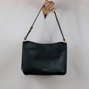 Gianni Chiarini propone questa borsa a spalla con linee classiche ideale per gli outfit di tutti i giorni, scoprila sul nostro shop.