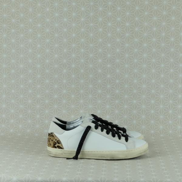 P448 john white cow sneaker bassa donna in pelle bianca e dettagli animalier sul tallone. Chiusura con lacci neri glitter