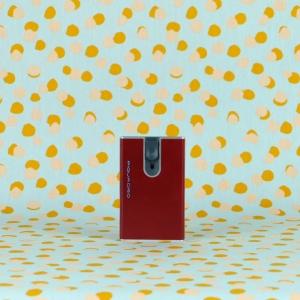 Pratico ed essenziale il porta carte credito Piquadro con sistema anticlonazione. Disponibile in vari colori sul nostro shop online.