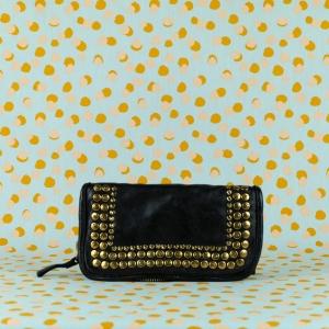 Campomaggi portafoglio in pregiata pelle di vacchetta tinta in capo e borchie. Zip di chiusura. Acquistalo sul nostro shop online.